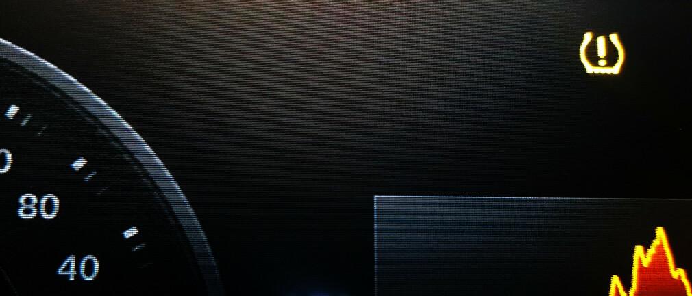 BØR SJEKKES: Varsellampen for lavt dekktrykk kan lyse ved plutselig temperaturfall, fordi luften komprimeres og trykket i dekkene faller. I verste fall kan du ha punktert. Foto: Naf