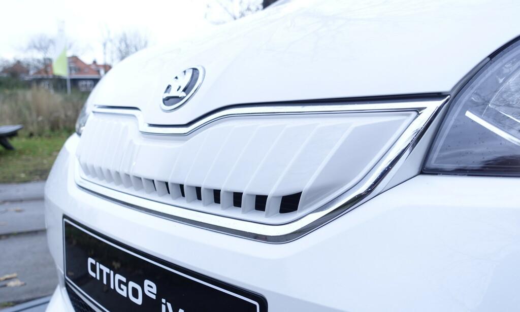 BILLIG: Frem til nå er det bare VW Up! som har vært tilgjengelig som elektrisk versjon i denne trillingserien. I forbindelse med større batteripakke og lenger rekkevidde har også søsknene Skoda Citigo og Seat Mii fått elversjoner. Og det er en aldri så liten priskrig på gang. Skoda er legger seg midt i mellom med 184.800 kroner inkludert frakt og levering. Seat Mii fås fra 179.900 kroner og VW Up fra 191.300 kroner, inkludert frakt og levering. Foto: Rune M. Nesheim