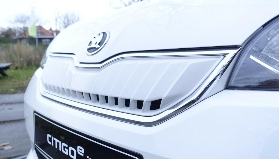 <strong>BILLIG:</strong> Frem til nå er det bare VW Up! som har vært tilgjengelig som elektrisk versjon i denne trillingserien. I forbindelse med større batteripakke og lenger rekkevidde har også søsknene Skoda Citigo og Seat Mii fått elversjoner. Og det er en aldri så liten priskrig på gang. Skoda er legger seg midt i mellom med 184.800 kroner inkludert frakt og levering. Seat Mii fås fra 179.900 kroner og VW Up fra 191.300 kroner, inkludert frakt og levering. Foto: Rune M. Nesheim