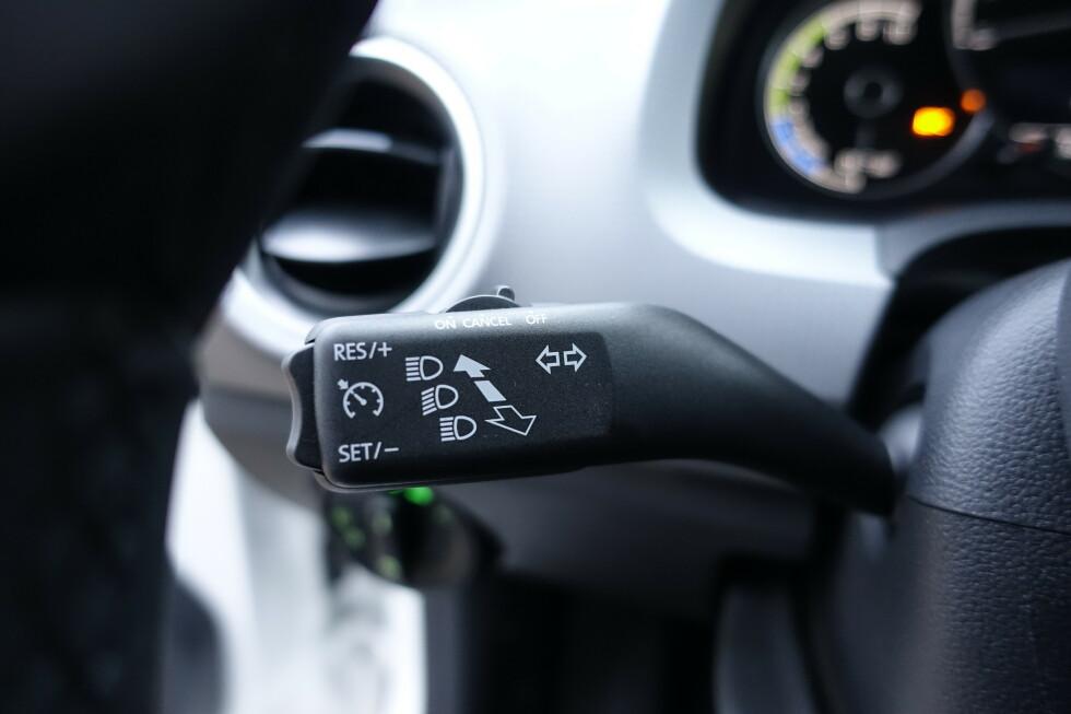 <strong>RETRO:</strong> Stilken med fars fartsholder kjenner vi igjen fra tidlig 90-tall. Citigo er en ærlig billig bil. Foto: Rune M. Nesheim