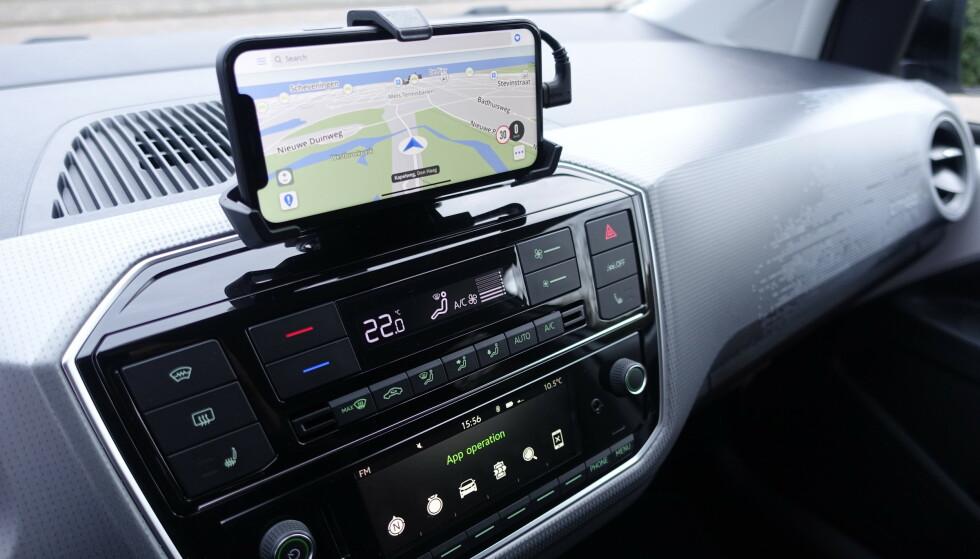 ENKELT: Sett inn mobilen i holderen over, så har du multimediaskjerm. Foto: Rune M. Nesheim