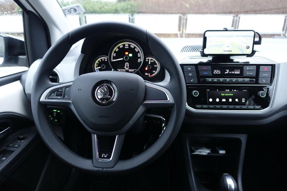 <strong>GAMMELT NYTT:</strong> Det meste er slik vi har sett det i VW e-Up, men panelet har fått en mer moderne og skarpere form. Endelig har man fått lyd og kanalvalg på rattet. Foto: Rune M. Nesheim