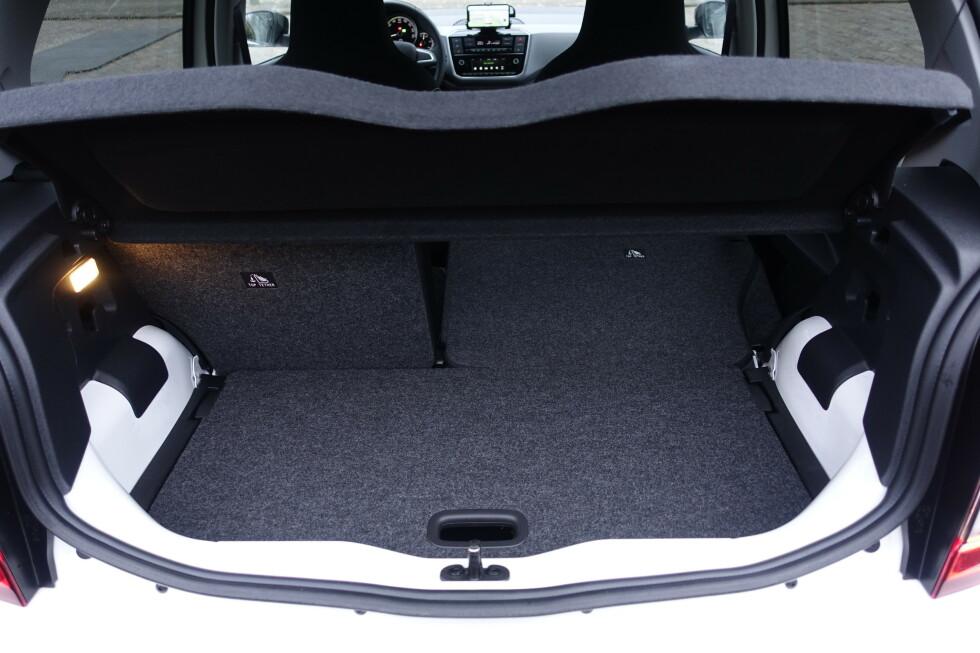 <strong>LITE:</strong> Bilen kan bestilles med bagasjeromsgulv som gir flatt gulv når setene legges ned 50/50, men da har man ikke plass til mye i bilen. Foto: Rune M. Nesheim