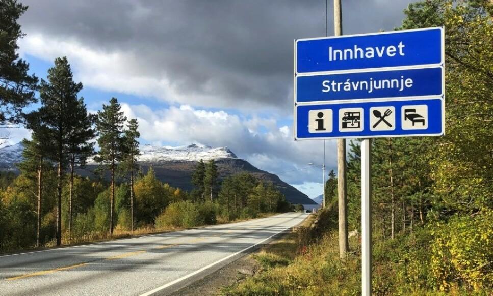NYTT SKILT: Navnet er gammelt, men samiske Strávnjunnje er nytt på skiltet ved Innhavet i Hamarøy kommune i Nordland. Foto: Statens vegvesen