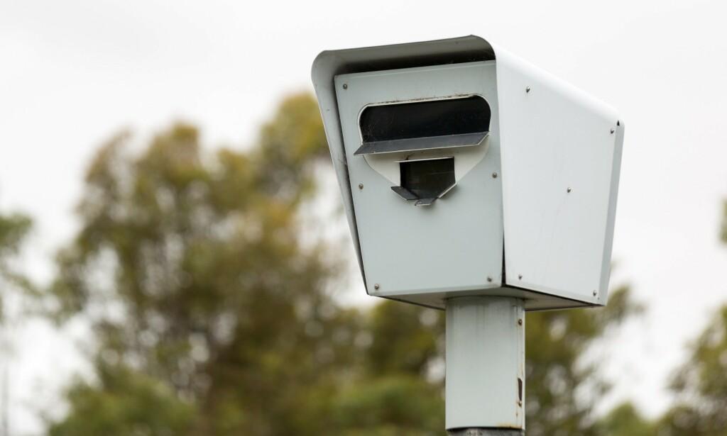 SKAL TA MOBILSYNDERE: Nye fotobokser i Australia bruker kunstig intelligens for å avsløre om førere bruker mobiltelefonen. Foto: Shutterstock / NTB Scanpix