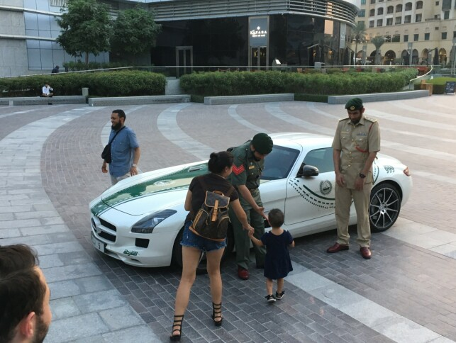 FET PATRULJEBIL: De spektakulære politibilene i Dubai tjener ikke bare til å fakke lovovertredere - de er også veritable turistmagneter. Foto: Knut Moberg