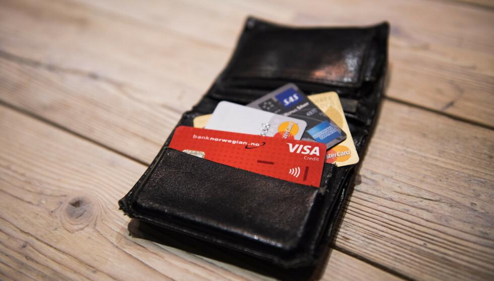 KREDITTGJELD: Har du ørten kredittkort med ulike kredittrammer som du egentlig ikke bruker, vil disse likevel stå oppført i gjeldsregistrene med din maksimale kredittramme. Derfor gjør du det lurt i å justere kredittrammene til din bruk og kvitte deg med kort du ikke bruker. Foto: Jon Olav Nesvold/NTB.