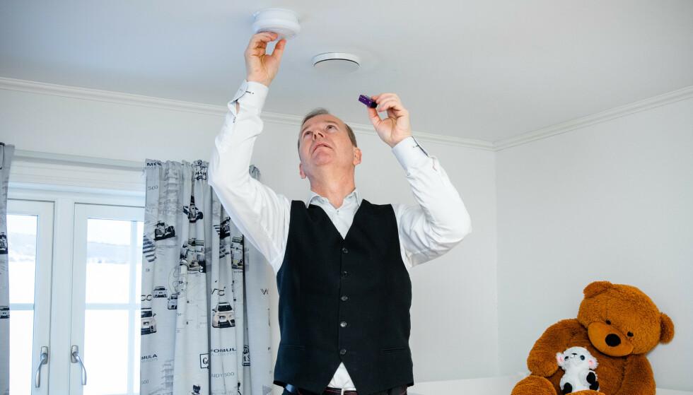SLIK: Røykvarsleren skal stå minst en halv meter fra vegg. Foto: Norsk brannvernforening