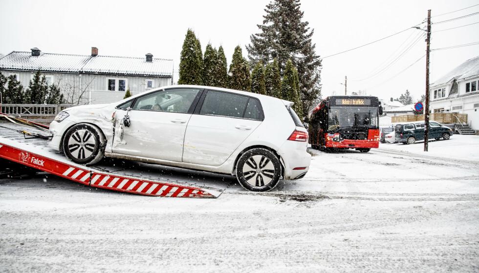 ULYKKES-UTSATT: Med den første snøen blir det alltid et hopp i antall trafikkulykker, som her i en kollisjon mellom buss og bil i krysset Høybråtveien og Folkvangveien i Oslo. Foto: NTB Scanpix