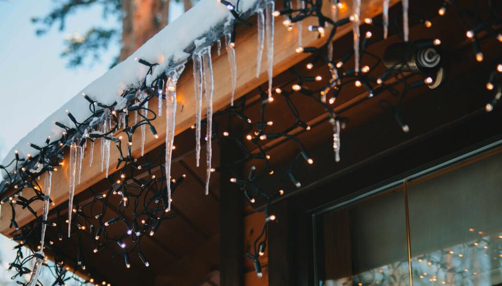 JULELYS: Ekspertene anbefaler blant annet at du bytter ut gammel julebelysning med nye LED-pærer. Foto: NTB Scanpix.