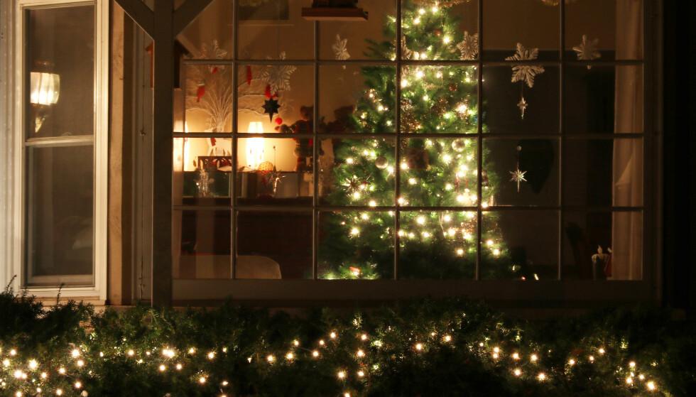 OPPLYST: Hvis du ønsker å dekorere store deler av huset med julelys, bør du ta kontakt med en elektriker som kan sjekke om anlegget tåler belastningen. Foto: NTB Scanpix.