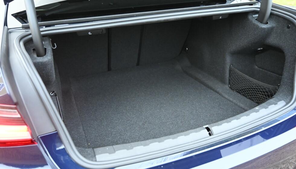STORT: Man har 480 liter samt tredelt bakseterygg. Men det er ikke noe ekstra rom under gulvet. Stasjonsvogna har 20 liter ekstra. Foto: Rune M Nesheim.