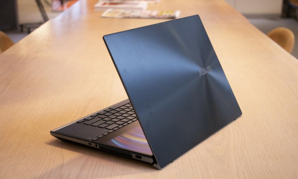 ZenBook Pro Duo er med sine 2,5 kilo en massiv bærbar PC. Foto: Martin Kynningsrud Størbu