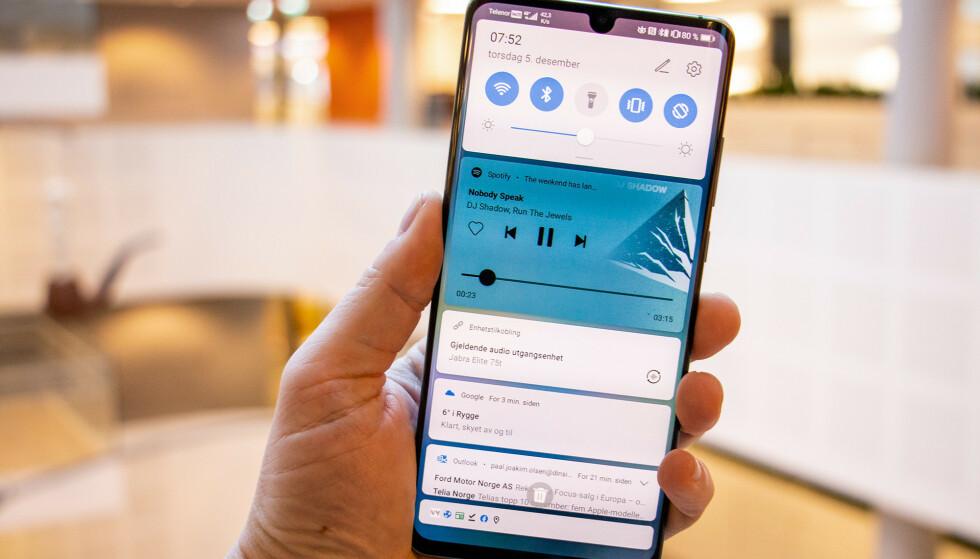 NY VERSJON: Har du en Huawei P30 eller P30 Pro, kan du nå oppdatere til Android 10. Oppdateringen inkluderer også den siste utgaven av Huaweis brukergrensesnitt, EMUI 10. Foto: Pål Joakim Pollen