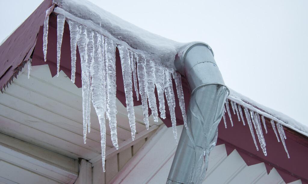 ISTAPPER: Dersom det er istapper på taket, kan det bety dårlig isolasjon. Foto: Shutterstock/NTB Scanpix.