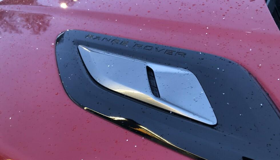 RØDT OG SVART: Range Rover har lykkes å få rød metallic til å blir sporty med tung bruk av blank sort på mange detaljer og hele innramming av vinduene, inkludert D-stolpen. Foto: Rune M. Nesheim
