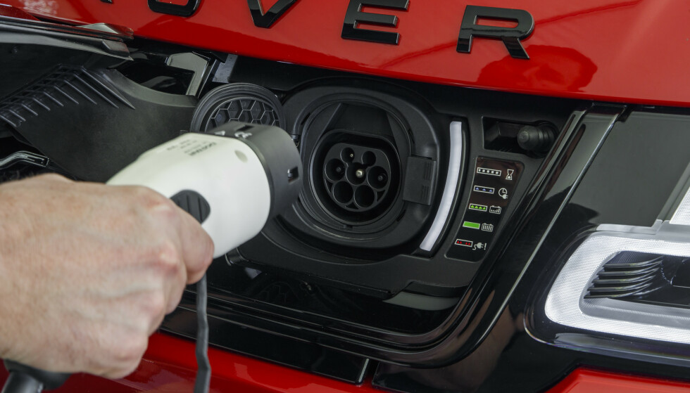 LADBAR: Bilen lades mellom 2,5 og 7,5 timer avhengig av hvor mye strøm uttaket ditt gir. Foto: Range Rover