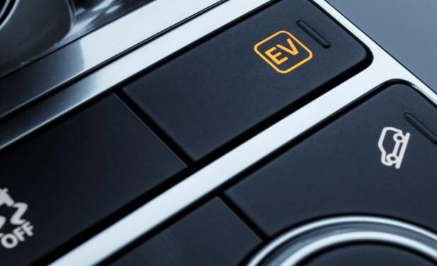 NY KNAPP: Du må selv velge elektrisk modus med denne knappen. vi kommer drøyt 4 mil med ekstremt fin kjøring, før bensinmotoren starter. Foto: Range Rover