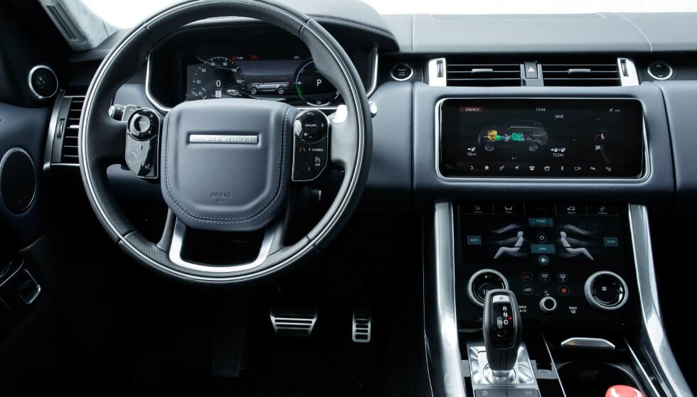 FRA VELAR: Den linjelekre Velar var først ute med tre digitale skjermer. De to hjulene for temperatur og seteregulering er limt oppå skjermen. Artig. Hovedskjermen vinkles en smule når tenninga slås på. De store berøringsflatene på rattet endrer funksjoner etter bruk. Det er med på å gi Range rover premium følelse. Foto: Range Rover
