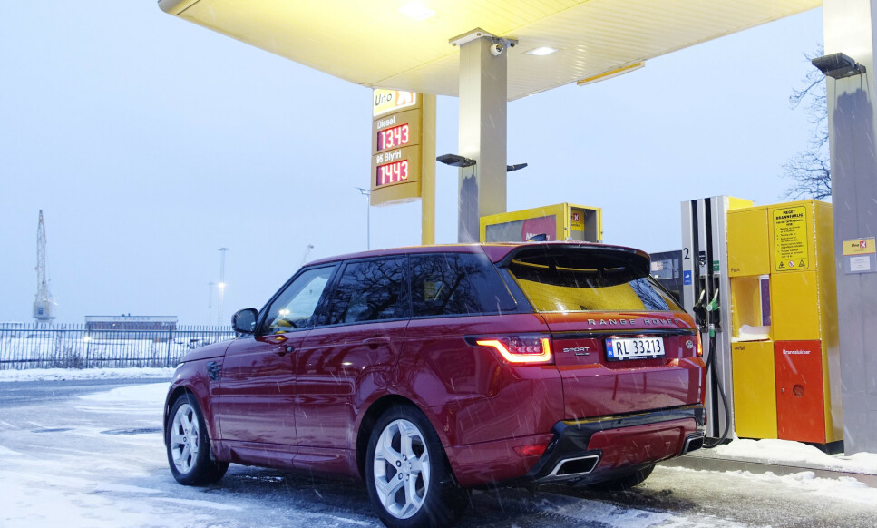 SPARER PENGER: Hverken kraften i elmotoren eller rekkevidden på batteriet imponerer, så du slipper ikke unna bensinstasjonene med Sport 400e. Men derimot sparer man nesten en halv million i innkjøp. Foto: Rune M. Nesheim
