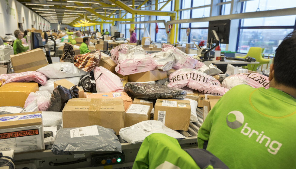 STOR PÅGANG: I disse dager ankommer det mange pakker til norske postkontor og post i butikk. Bildet er fra Postens tollavdeling på Alnabru i Oslo. Foto: Gorm Kallestad / NTB