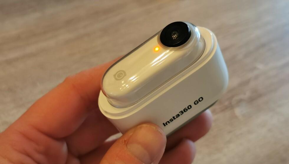 LADING: Lading av kameraet skjer i denne krybba, som har batteri til 2,5 fulladinger av selve kameraet. Den må også brukes for å overføre filene til mobiltelefonen. Foto: Pål Joakim Pollen