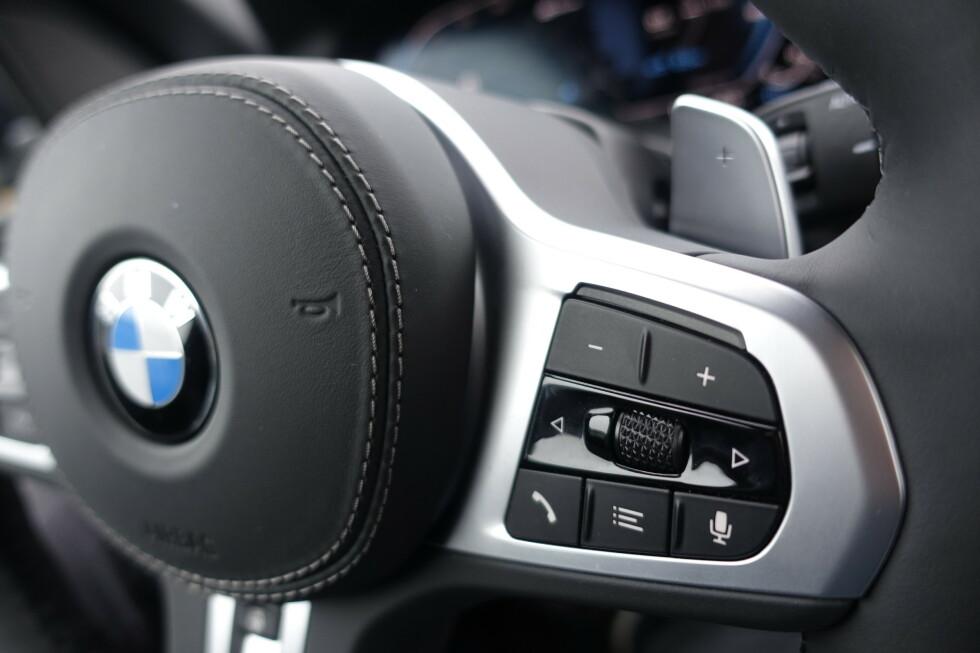 SCROLL PÅ RUTA: BMW har fått store heatup-displays på de nye modellene. Hvis du vil, får du firtsatt radiokanalene opp på ruta når du scroller med hjulet på rattet. Genialt. Foto: Rune M. Nesheim