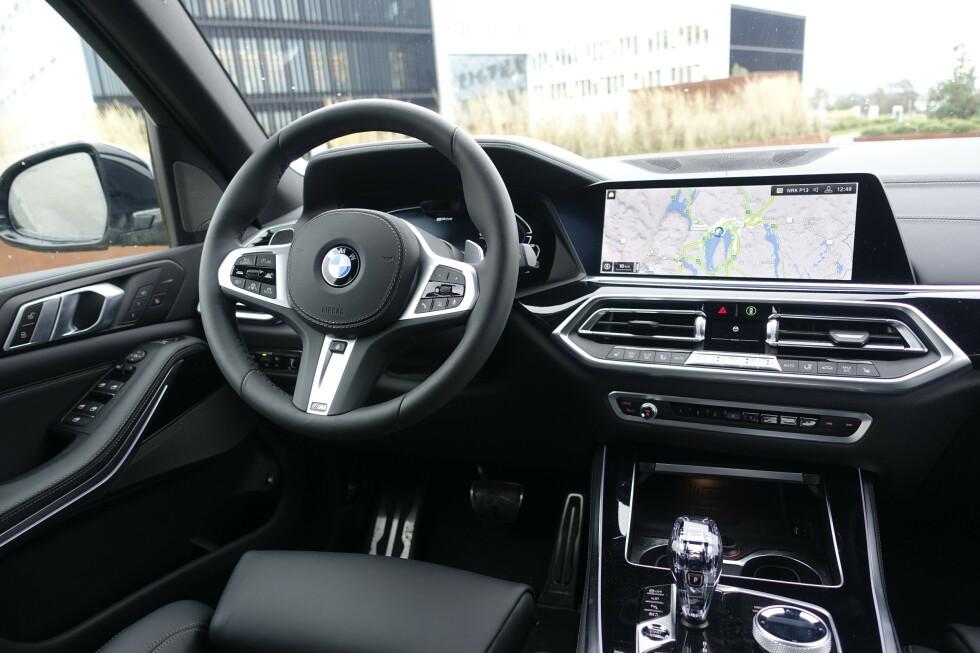 NØKTERNT: Mange synes BMW har et nøkternt og kjedelig interiør. Men at det er fullt av detaljer og blant de enkleste i praktisk bruk, kan ingen nekte for. Foto: Rune M. Nesheim