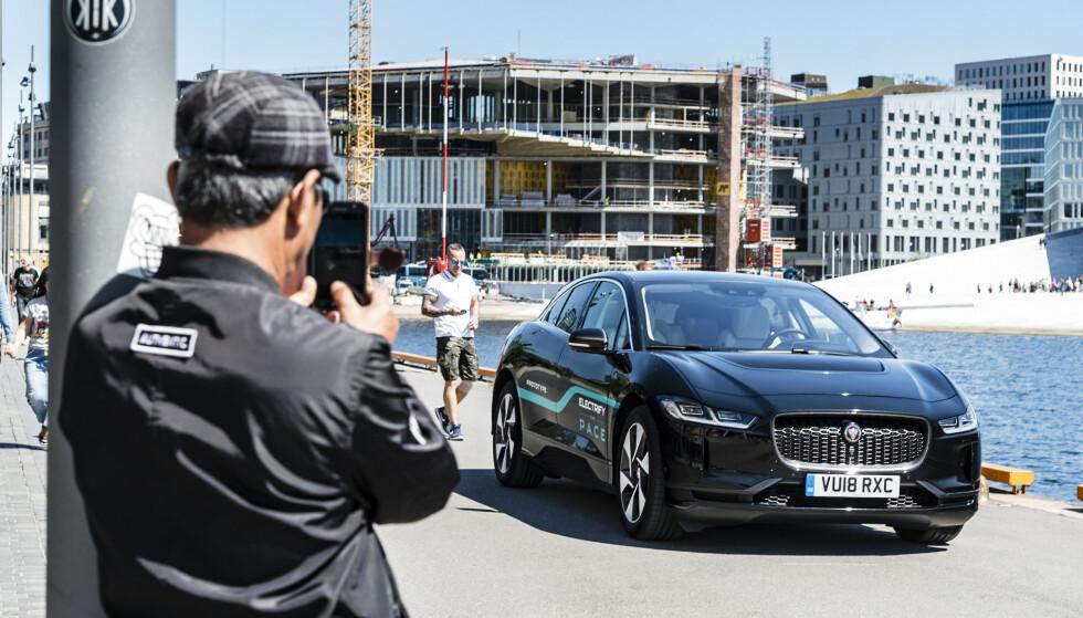 ENORM INTERESSE: Da Jaguar I-Pace ble lansert, var interessen for den sportslige elbilen stor. Nå spår importøren hard konkurranse. Foto: Jamieson Pothecary.