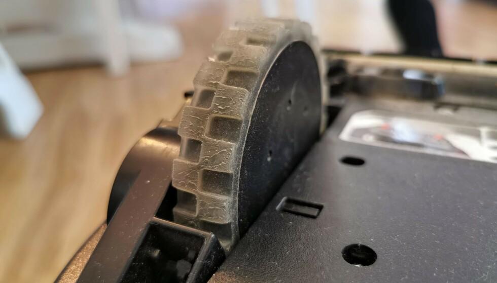 SOLIDE HJUL: De to sidehjulene på Botvac D7 Connected er store, med gummiert overflate og godt grep, men gjør også at den bråker mer enn normalt der den farer bortover gulvet. Foto: Pål Joakim Pollen