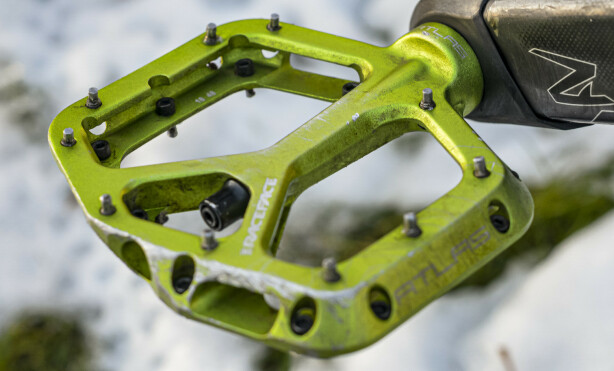 ENKLERE: Flatpedaler, gjerne av type terrengpedaler med gode pigger, er enklere i bruk på vinteren enn klikkpedaler. Foto: Jamieson Pothecary