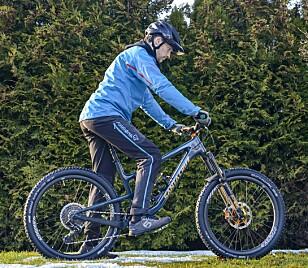 FEIL: Hodet er nede og blikket er festet for nært sykkelen. Sjansen er størst at du ikke oppfatter faren i tide. Foto: Jamieson Pothecary