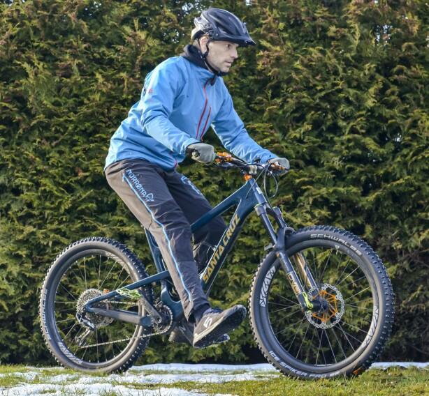 EKSTRA STØTTE: Er svingen ekstra utfordrende? Løft det innerste beinet av pedalen, og bruk det som støtte og ekstra balanse. Foto: Jamieson Pothecary