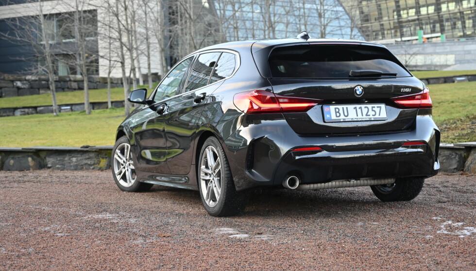 BRED: Bakfra ser bilen bred og lav ut, takket være horisontale linjer, brede lykter og litt hofter over bakhjulene.