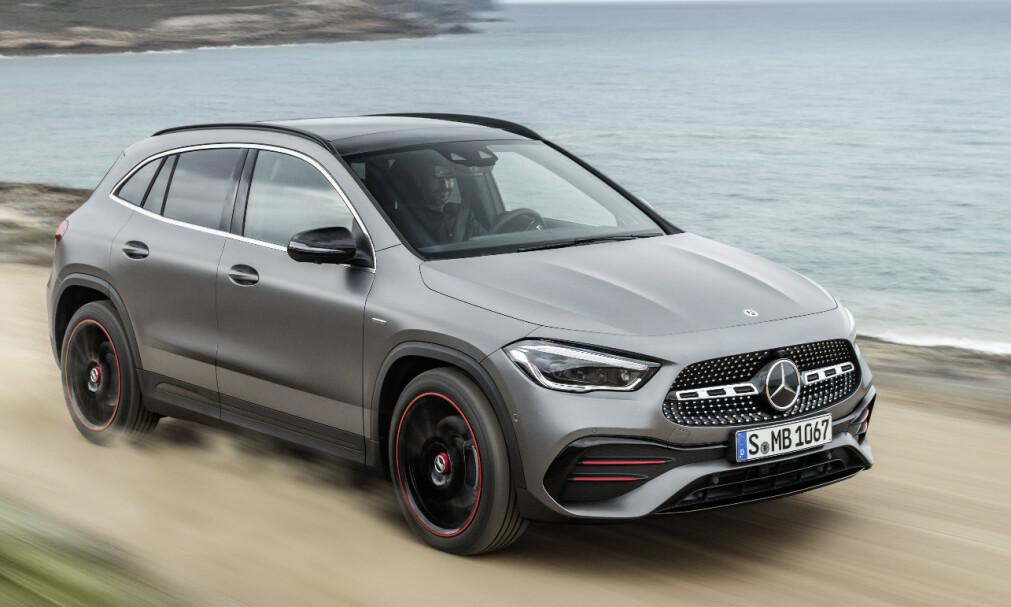 PASSE STOR: GLA er den minste SUV-en i Mercedesprogrammet, men vi tror mange vil finne denne stor nok til en liten familie. Den finnes foreløpig bare i en folkelig forhjulstrekker og en halvvill firehjulstrekker, men kommer senere som ladbar hybrid. Foto: Mercedes