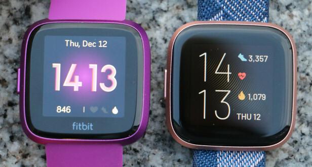 FLERE ENDRINGER: I tillegg til ny skjerm, har Fitbit også fjernet logoen under den, slik at skjermen faktisk er helt midtstilt på klokka. Her ser du Versa Lite til venstre og Versa 2 til høyre. Foto: Kirsti Østvang