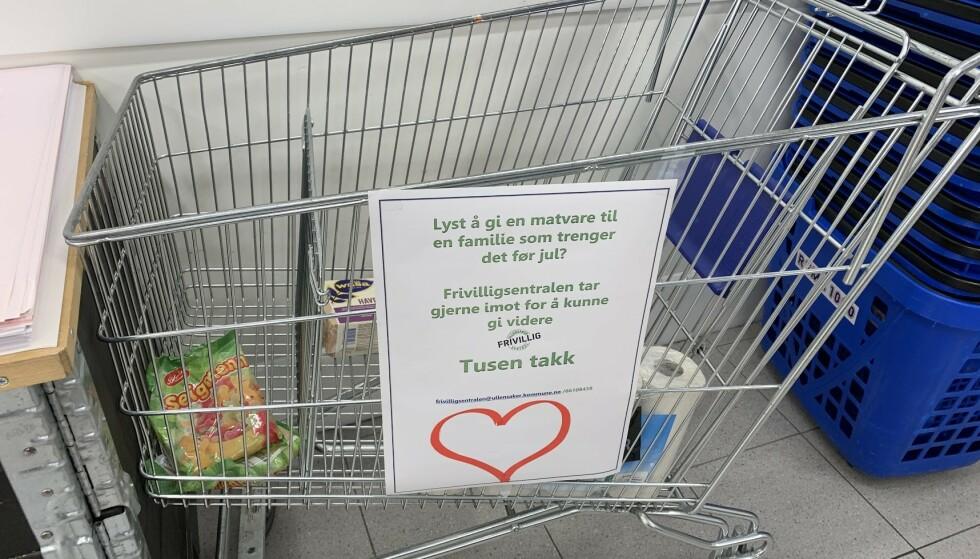 HJERTEROM: En handlevogn der man kan legge igjen et bidrag til noen som trenger litt hjelp til jul, har dukket opp i mange butikker i det siste. Foto: Bjørn Eirik Loftås