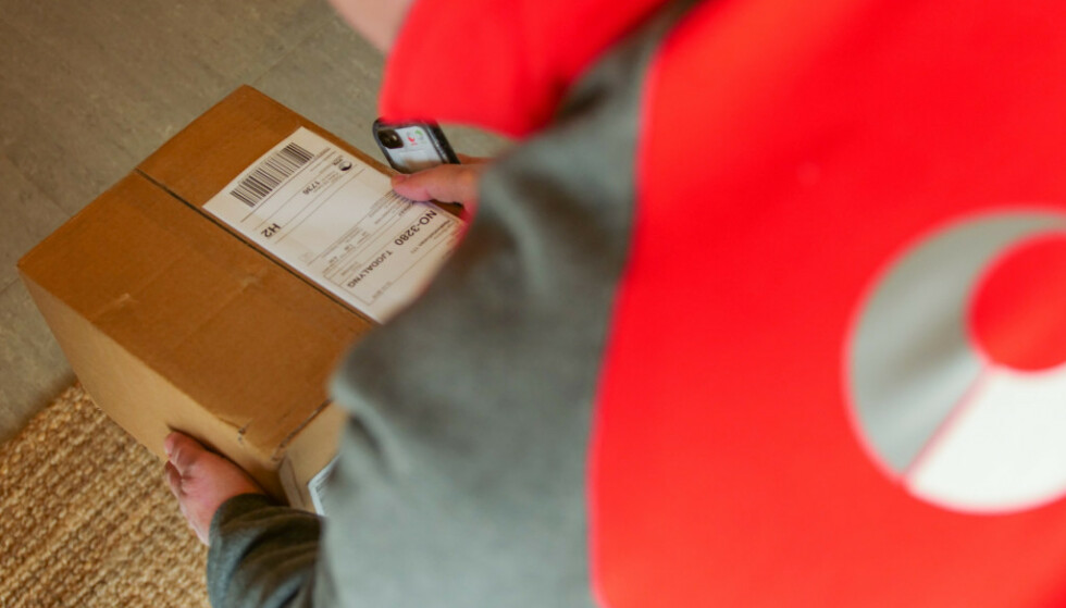PAKKELEVERING: Posten startet test av pakkelevering innenfor døra når mottakeren ikke er hjemme i februar. Foto: Posten Norge.