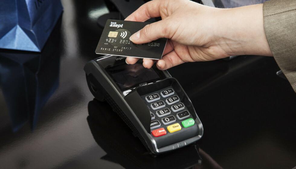 KONTAKTLØS BETALING: Fra og med 2020 skal det bli enklere å betale kontaktløst i Norge. Foto: Bank Axept