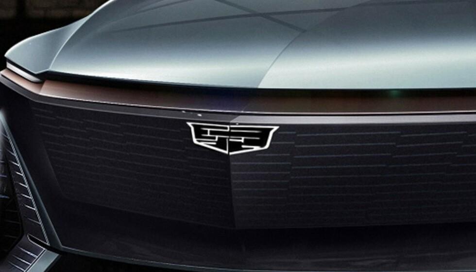 FORENKLET: Logoen, som har vært med siden 1902, har vært med på en langt og brokete ferd. Nå går en sterkt stilisert utgave inn i elektrisk retning. Foto: Cadillac.