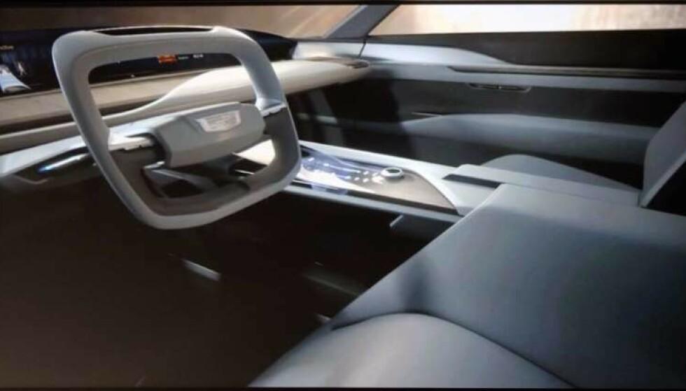 KONSEPT: Dette er interiøret som ble vist under presentasjonen. Det følger den nye trenden med en kjempeskjerm i underkant av frontruta som erstatter både instrumentpanel og headup-display. Digital skjerm med knappefunkjoner på midtkonsollen blir kommandosentralen. Foto: Cadillac.