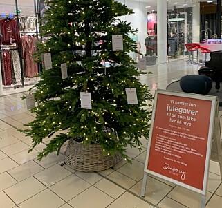 LAPPETREET: Her henger julegaveønsker fra barn og voksne som trenger litt hjelp i jula. Foto: Bjørn Eirik Loftås