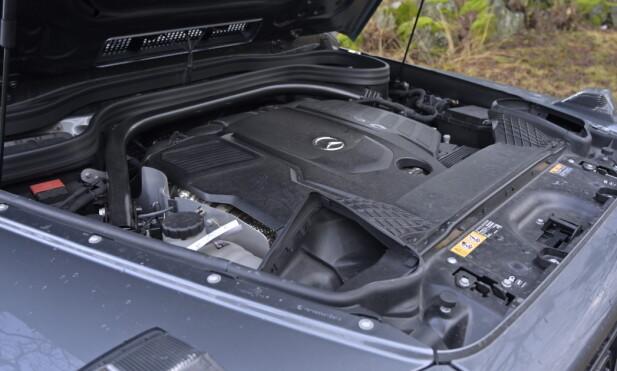 DESEL: Diesel er helt rett i denne type bil og kundene vil ha det. Etter mange år med V6 returnerte Mercedes med rekkesekser i S-klasse facelift i 2018. Nå sitter den her også. Foto: Rune M. Nesheim