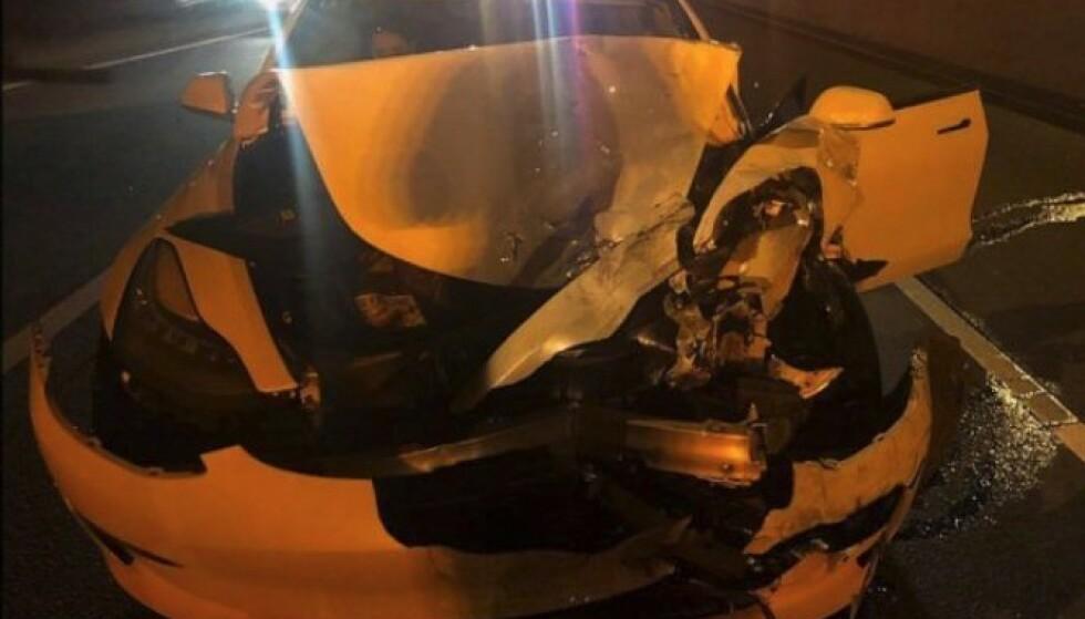 <strong>STORE SKADER:</strong> Det ble store skader både på politibilen og Tesla Model 3 etter kollisjonen. «Det finnes ingen biler i salg i dag som er selvkjørende», sier Connecticut State Police. Foto: Connecticut State Police