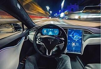 Tesla på autopilot krasjet i politibil - og fortsatte ferden