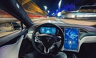 <strong>SIKKERHETSRISIKO:</strong> Rapporten fra Nederland reiser en rekke spørsmål rundt sikkerheten til såkalte selvkjørende biler. Det største problemet er bilføreren. Foto: Tesla