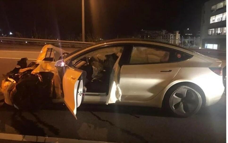 KRASJ I POLITIBIL: Føreren var opptatt med hunden i baksetet, bilen kjørte på autopilot, så smalt den inn i politibilen bakfra. Foto: Connecticut State Police