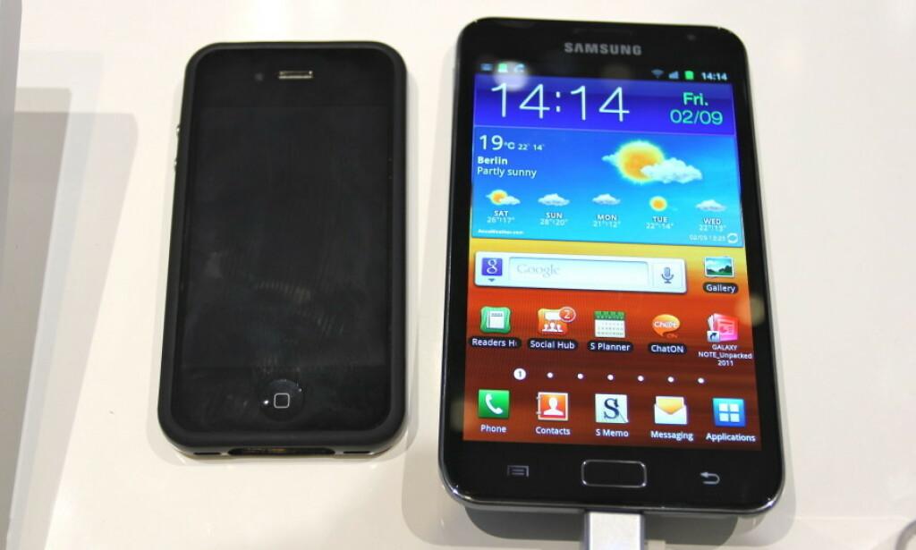 #3: Den ENORME Samsung Galaxy Note, her ved siden av en iPhone 4. Foto: Øivind Idsø