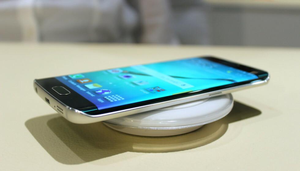 #6: Samsung Galaxy S6 Edge hade ikke bare en oppsiktsvekkende skjerm, den var også blant de første mobiltelefonene som kunne lades trådløst. Foto: Pål Joakim Pollen