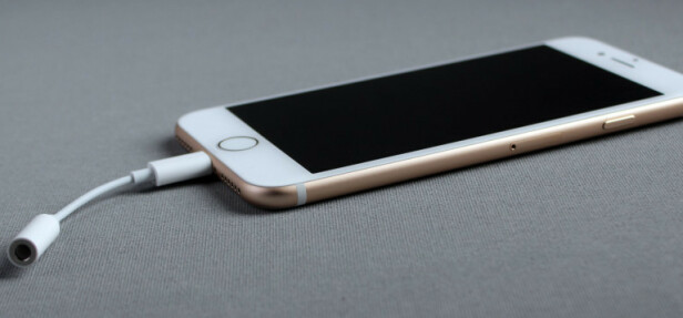 #8: KUTTET HODETELFONUTGANGEN: Apples iPhone 7 kom uten hodetelefonutgang. Det fulgte imidlertid en overgang fra Lightning med i esken. Foto: Pål Joakim Pollen